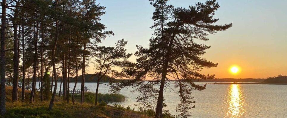 Majutus-Soomes-puhkemajas-Merikoivula-päikeseloojang